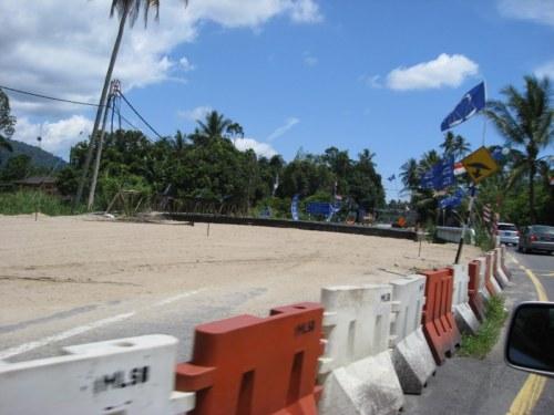 Semasa Najib datang ke Trong baru-baru ini, projek ini dipenuhi dengan kenderaan-kenderaan yang sedang menjalankan kerja-kerja menyiapkan jambatan. Bila Najib balik, kenderaan-kenderaan tersebutpun ikut balik. Jadi, sebenarnyai projek ini projek tipu Najib dan rakyat.